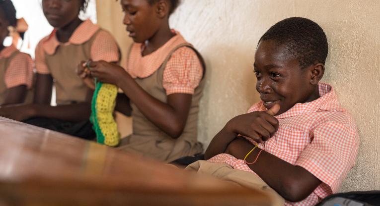 Lorrens Jean Phillipe får sina klasskamrater att skratta med sina historier. Bild: Ville Asikainen.
