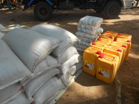 Kirkon Ulkomaanapu jakaa ruoka-apua Etelä-Sudanin Mundrin maakunnassa. Kuva: Kirkon Ulkomaanapu.