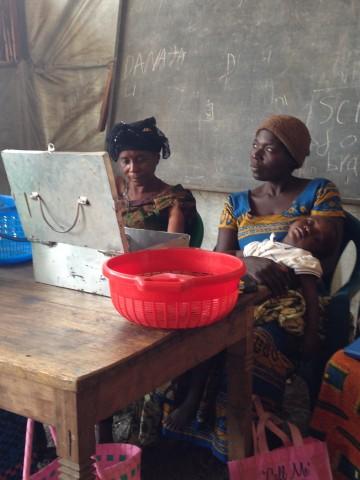 Kabuho Laurentine (oik) toimii oman lainaryhmänsä varainhoitajana. Tammikuussa toimintaan mukaan tullut viljelijä unelmoi yrittäjyydestä.