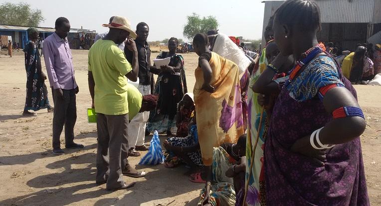 Perhekunta kirjautui Kirkon Ulkomaanavun ruoka-avun vastaanottajaksi Piborissa Etelä-Sudanissa.