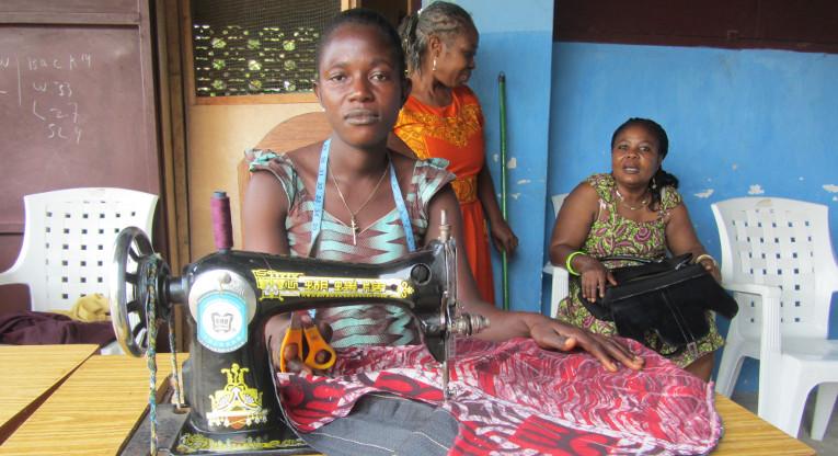 Kebbeh Habah on opiskellut äitien kerhossa ompelijaksi ja perustanut oman ompelimon.