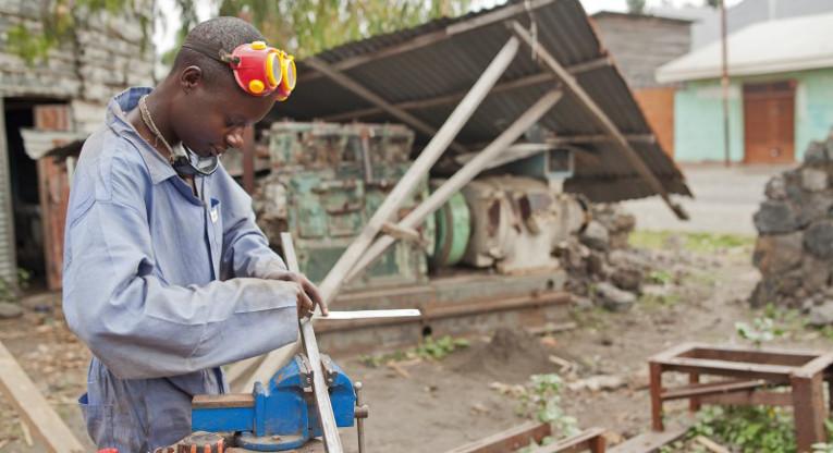 Kirkon Ulkomaanapu tukee nuorten koulutusta useilla maailman kriisialueista. Kuva Ulkomaanavun tukemasta ETN-ammattikoulutuskeskuksesta, jossa koulutetaan ammattiin entisiä lapsisotilaista ja muuten vaikeassa asemassa olevia nuoria. Kuva: Ville Asikainen.