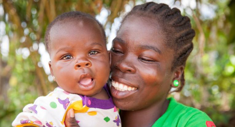 Yhä useampi tyttö saa aloittaa koulun. Liki 90 prosenttia kehitysmaiden lapsista pääsee nykyisin kouluun ja heistä lähes yhtä suuri osuus on tyttöjä ja poikia.