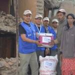 Kirkon Ulkomaanavun kumppani Luterilainen maailmanliitto jakoi ruokapaketteja järistyksessä kodittomiksi jääneille perheille maananataina Katmandussa.