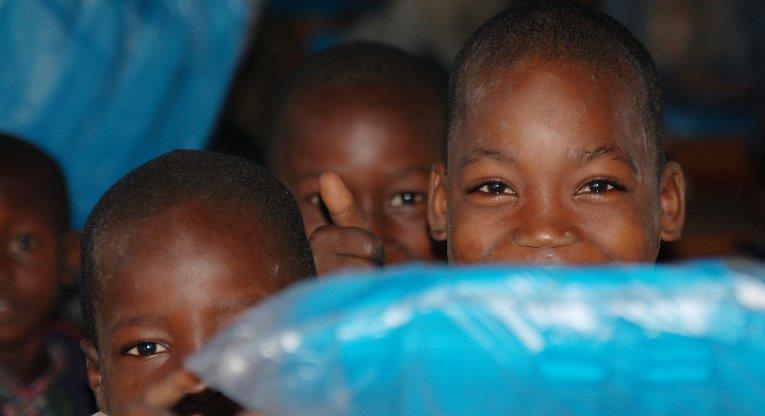 Uudet koulureput ilahduttivat lapsia Bimbon maakunnan ala-asteella Keski-Afrikan tasavallassa.