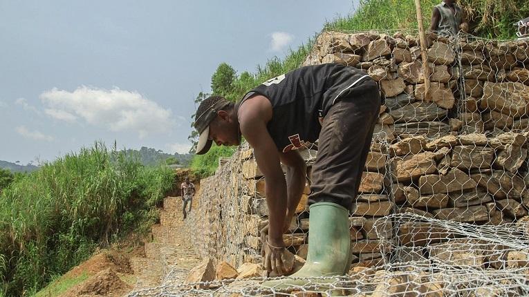 Nkuba bygger en väg i närheten av byn Kashebere. Enligt arbetsledaren Gabriel           Libanda-Mosange är Nkuba en av de bästa på jobbet.