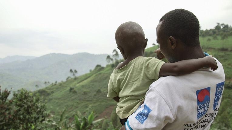 """Om några år skall Nkubas treårige son börja skolan. Nkuba hoppas att pojken skall ha framgång och bli berömd. """"Det viktigaste är att han får studera"""", konstaterar han."""