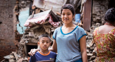 Jeena Shrestra selviytyi maanjäristyksestä hengissä, vaikka kaikki ympäriltä romahti. Vasemmalla naapuritalon sukulaispoika, kymmenvuotias Sijen Shrestra. Kuva: Antti Helin.