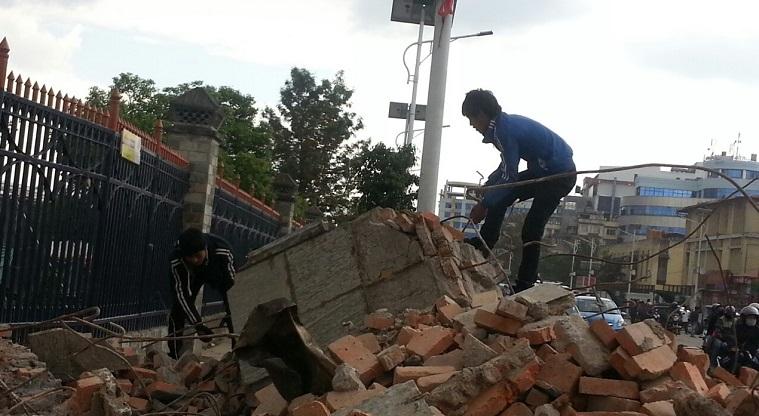 Pelastus- ja raivaustyöt olivat tiistaina käynnissä Kathmandussa.