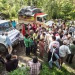 Bukhelin kylän väkeä kerääntyi avustustarvikkeita tuovien pienten nelivetorekkojen luokse.