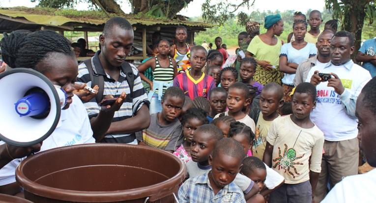 Ulkomaanapu jakoi hygieniatarvikkeita Liberiassa lähellä Monroviaa viime lokakuussa.