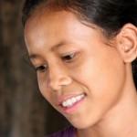 Yisa Thon, 14, käy kahdeksatta luokkaa Kralanhin yläkoulussa. Hän on yksi Ulkomaanavun alueella tukemista stipendioppilaista. Yisa on etuoikeutettu, sillä monen hänen kaltaisensa maaseudun köyhistä oloista tulevan kambodžalaisen tytön koulutie loppuu jo alakoulussa. Kuva: Ursula Aaltonen.