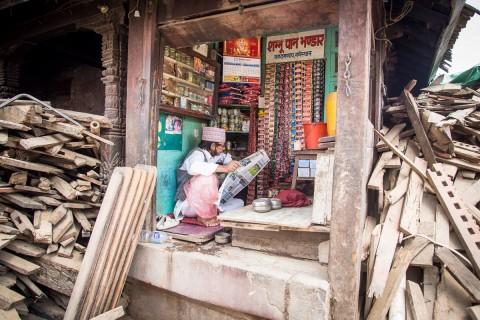 Elämä jatkuu. Pieni kauppa avautui raunioiden keskelle.