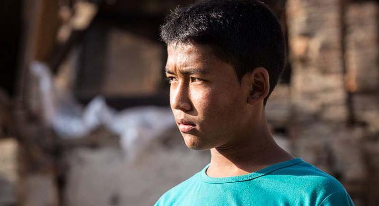 """""""Että pääsisin takaisin kouluun kaverieni luokse"""", on 16-vuotiaan Jenish Kayashan hartain toive. Kayasha asuu Kirkon Ulkomaanavun tukemassa hätämajoituksessa Bhaktapurin kaupungissa lähellä Kathmandua. Kuva: Antti Helin."""