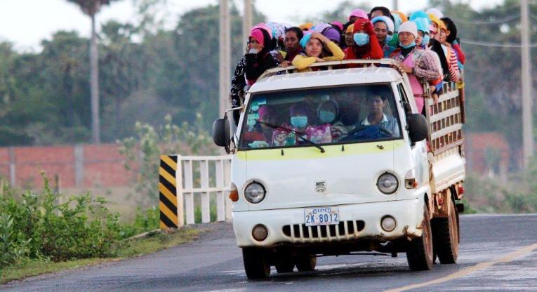 Tyypillinen näky Kambodžan teillä: autolastillinen tyttöjä matkalla tehtaalle töihin. Kuva: Rami Kolehmainen.