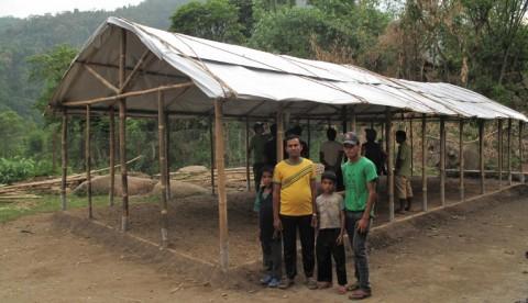 Manakamanan väliaikaisen koulun runko ja telttakatto ovat valmiina, seinämateriaaleja odotetaan vielä saapuvaksi Kathmandusta. Kuva: Kirkon Ulkomaanapu.