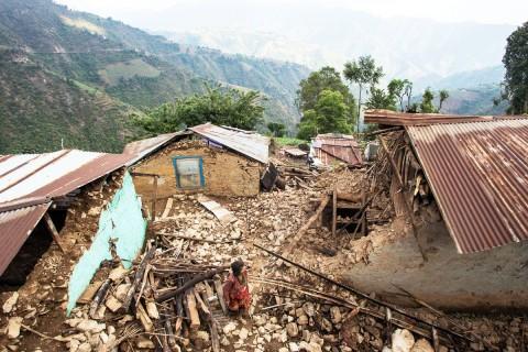 Maanjäristyksen tuhoja Bhattendandan alueella. Järistys tuhosi monen koko omaisuuden,