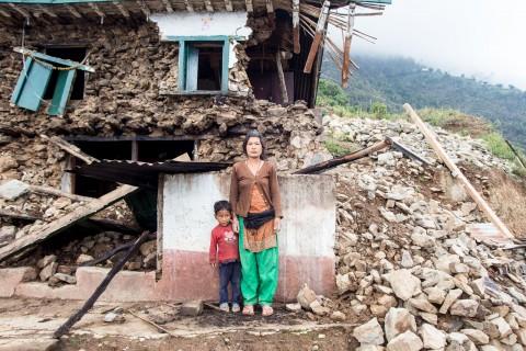 Sabita Moktan yhdessä sukulaispoikansa kanssa naapuritalon edessä. Hänen omasta talostaan ei jäänyt jäljelle tämänkään vertaa.