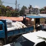 Avustustarvikkeita pakataan kuorma-autoihin Kathmandussa