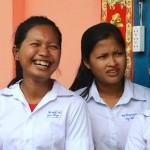 Hub Lyhoun (toinen vasemmalta), 16, käy 11. luokka Kralanhin yläkoulussa. Ulkomaanavun tukemassa talossa kouluviikkojensa ajan asuvat tytöt ovat valinneet Lyhounin ryhmänjohtajakseen.