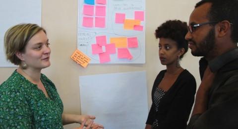 Konsultti Hanna Posti-Ahokas, opiskelija Nura Abubeker ja dekaani Khalid Indris, ovat sitä mieltä, että Eritrean nuoret ovat avainasemassa, kun innovaatiokeskusta kehitetään.