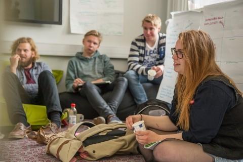 Antti Kuikka (vas.), Benjamin Shemeikka, Emil Loikkanen ja Linnea Kukkonen ideoivat laajaa kampanjaa rasismia vastaan.