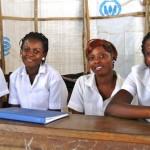 Liberiassa Ulkomaanavun ylläpitämissä pakolaisleirien kouluissa myös nuorilla äideillä on mahdollisuus käydä koulua. Kuvassa kokoontuuTyttöjen klubi. Siellä keskustellaan kaikenlaisista asioista: ongelmat koulussa ja kotona, kaverit ja ihastukset, terveys, seksi ja raskaus.Kuva: Anaïs Marquette.