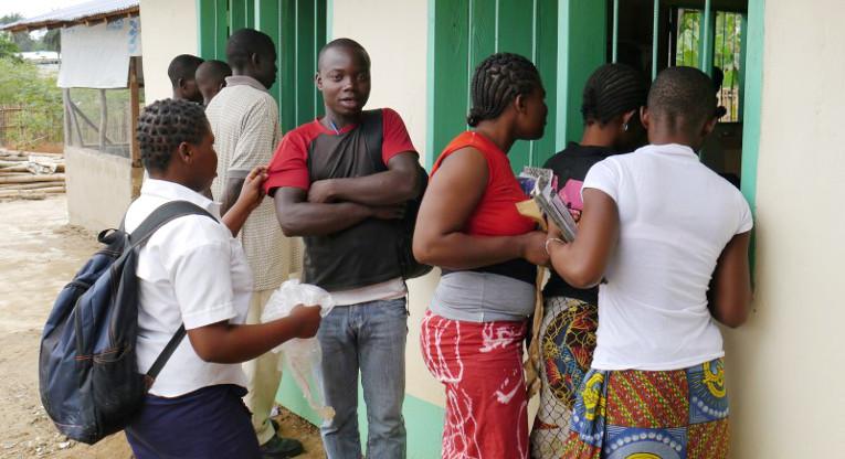 Yläkoululaisia Bahnin pakolaisleirillä Liberiassa. Kuva: Jari Kivelä.
