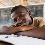 Erityisesti yläkouluikäiset nuoret jäävät katastrofitilanteessa usein ilman koulutusta. Kuvassa Benson Taquin Bahnin pakolaisleirin yläkoulusta. Kuva: Jari Kivelä.