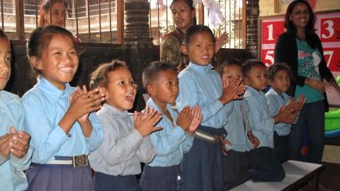 Laulaminen karkottaa murheet hetkeksi lasten mielistä Shree Gyan Bijaya koulun yhteyteen perustetussa lapsiystävällisessä tilassa. Kuva: Johanna Kurki.