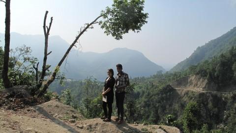 Sandip Adnikari ja Kushim Basnet ovat matkalla koulusta kotiin.