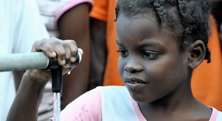 Hallituksen leikkaukset kehitysyhteistyöhön ja katastrofiapuun vaarantavat suomalaisen humanitaarisen avustustyön. Haitin maanjäristyksen jälkeen puhdas vesi oli yks ensimmäisiä avun muotoja. Kuva: Paul Jeffrey/ ACT-allianssi.