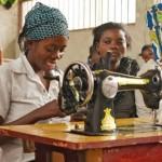 Regeringens nedskärningar med 43 procent i Utlandshjälpens utvecklingssamarbete innebär att hundratusentals människor blir utan hjälp och stöd redan nästa år. De som drabbas är redan från förut mycket sårbara och utsatta. Bilden är från ETN-centralen i Kongo där förde detta barnsoldater får yrkesutbildning. Bild: Ville Asikainen