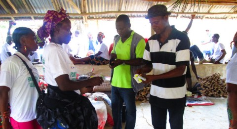 Perheille jaettiin kupongit, joilla he saivat hankkia tarvitsemiaan työkaluja, siemenriisiä ja vihannesten siemeniä.