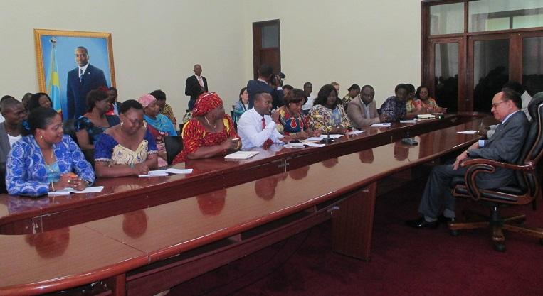 Naisjärjestöjen edustajat keskustelivat Kongon demokraattisen tasavallan senaatin puhemiehen kanssa Kongon vaalilaista Kinshasassa toukokuun puolivälissä. Kuva: Marjo Mäenpää