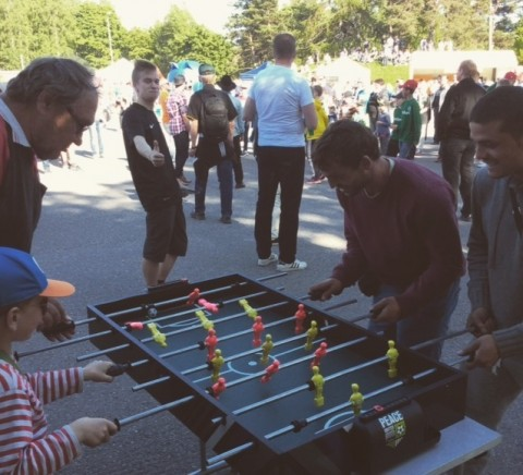 Peace Unitedin teltalla käytiin pieni Suomi-Unkari maaottelu jo vähän ennen Huuhkajien peliä.