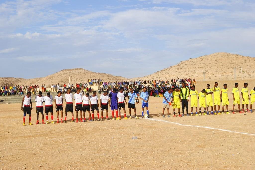 Lasanod- ja Hudun-piirien joukkueet valmiina otteluun. Kuva: Hilkka Hyrkkö