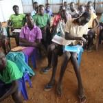 Liki tuhat pakolaislasta saattoi aloittaa koulun viime lokakuussa Mingamanissa, kun Ulkomaan apu rakensi sinne tilapäisiä kouluja.