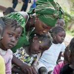 Kirkon Ulkomaanapu tukee lasten koulutusta muun muassa Keski-Afrikan tasavallassa. Opettajaharjoittelija Nadège Ngbo 3-5-vuotiaiden ryhmän kanssa Nicolas Barren koulussa Banguissa. Kehitysyhteistyön avulla emme vain auta yksittäistä ihmistä jossain kaukana, vaan rakennamme parempaa ja elinkelpoisempaa maailmaa meille kaikille. Kuva: Catianne Tijerina.
