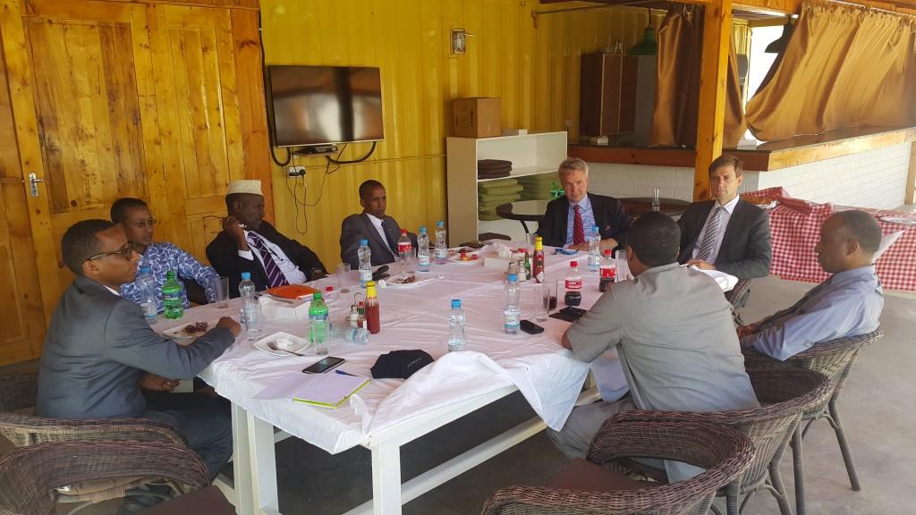 Ulkomaanapu isännöi erityisedustaja Pekka Haaviston tapaamisia Somalian paikallishallinnon kanssa. Kuvassa, vasemmalta, Ali Ibrahim, Ulkomaanavun projektipäällikkö Lounais-Somalia, Mohamed Hashi, Galmudugin paikallishallinnon varapresidentti, erityisasiantuntija Mohamud Abdi Elmi, ministeri Khalif Absidir Dirie, Pekka Haavisto, erityisedustaja, Toni Sandell, Nairobin suurlähetystö. Selin Nasir Arush, Lounais-Somalian hallinnon kansainvälisten asioiden ministeri ja Lounais-Somalian presidentin erityisneuvonantaja Mohamed Abdinur.