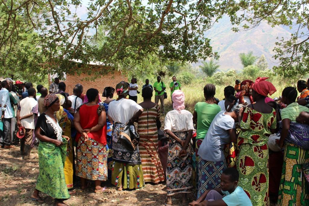 Ulkomaanavun työntekijät valmistelivat sim-korttien jakamista Luvungin kylässä Etelä-Kivussa Kongon demokraattisessa tasavallassa.