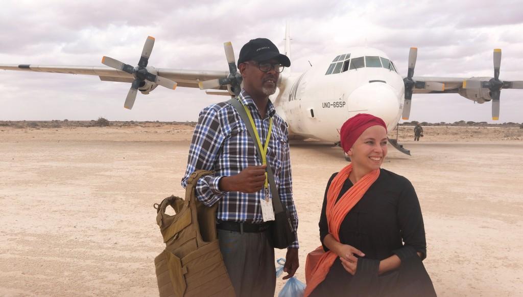 """Useissa konfliktimaissa työskennelleen Kati Miettusen äiti ei enää yllättynyt, kun tytär viime vuonna ilmoitti muuttavansa Somaliaan. """"Äiti on aina sanonut, että vaikkei hän olisi ehkä Somaliaa valinnut, niin eihän se hänen elämänsä olekaan. Sitä pitää tehdä mikä tuntuu omalta, ja jos tämä työ tekee minut onnelliseksi, niin hän toivoo että saan sitä tehdä"""", Miettunen sanoo."""