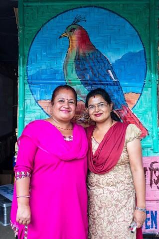 Opettajat Vijaya Mishru (vas.) ja Rekha Bhusal vakuuttavat bambukoulujen olevan viihtyisä opetusympäristö.