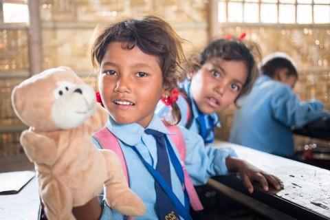 Viisivuotias Sajna Tamang esittelee käsinukkea, joka on osa Unicefilta ja Kirkon Ulkomaanavulta saatua esiopetusmateriaalipakettia.
