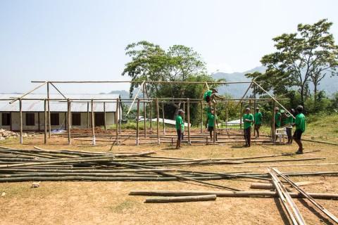 Väliaikaista koulutilaa rakentamassa Gimdissä.