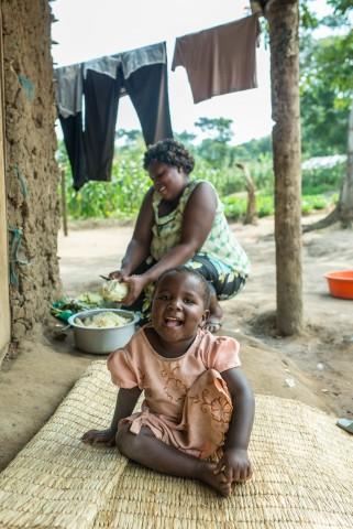 Musemakwelin Perheen nuorin tytär Josefina oli vasta sylivauva kun hän lähti äitinsä Elizabethin (taustalla) ja kolmen sisaruksensa kanssa kohti Ugandaa.