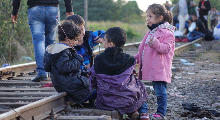 Pakolaislapsia EU:n johtavilla kiskoilla. Lasten ja perheiden suuri määrä pakolaisista on yllätys.