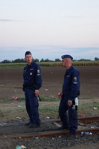 Unkarilaiset viranomaiset hoitavat työnsä varsin inhimillisesti. Silti pakolaiset pelkäävät heitä, sillä he eivät halua rekisteröityä turvapaikanhakijaksi Unkariin.