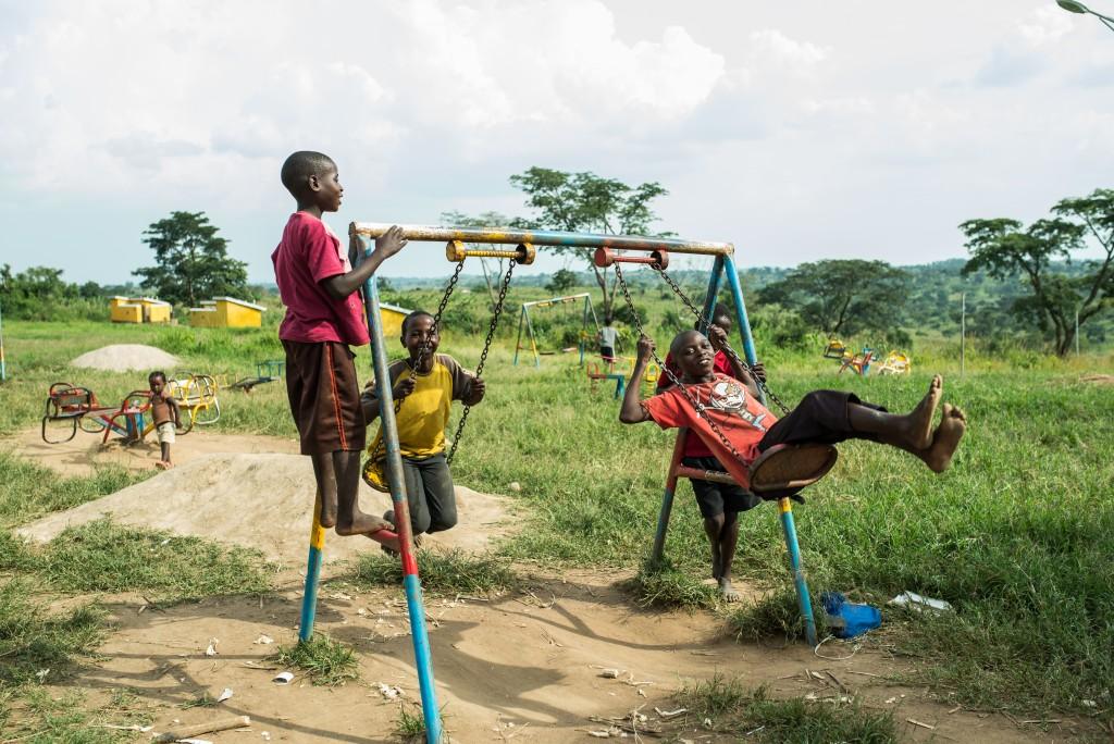 Lapset leikkivät iltapäivän auringon paisteessa Ntezirayon peruskoulun pihalle rakennetussa leikkipuistossa. Kirkonulkomaanapu on rakennuttanut koululle mm. käymälöitä.