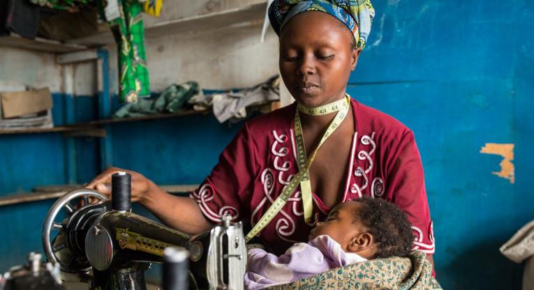 ETN-keskuksessa Kahoo oppi ompelemisen lisäksi kaupantekoa. Senkin ansiosta hän pystyy nyt tienaamaan enemmän. Lisätuloille on kova tarve, sillä Kubuyalla on 7 lasta; kolme tyttöä ja neljä poikaa.